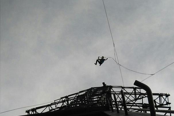 Новосибирские экстремалы прыгнули с самой высокой в городе опоры ЛЭП