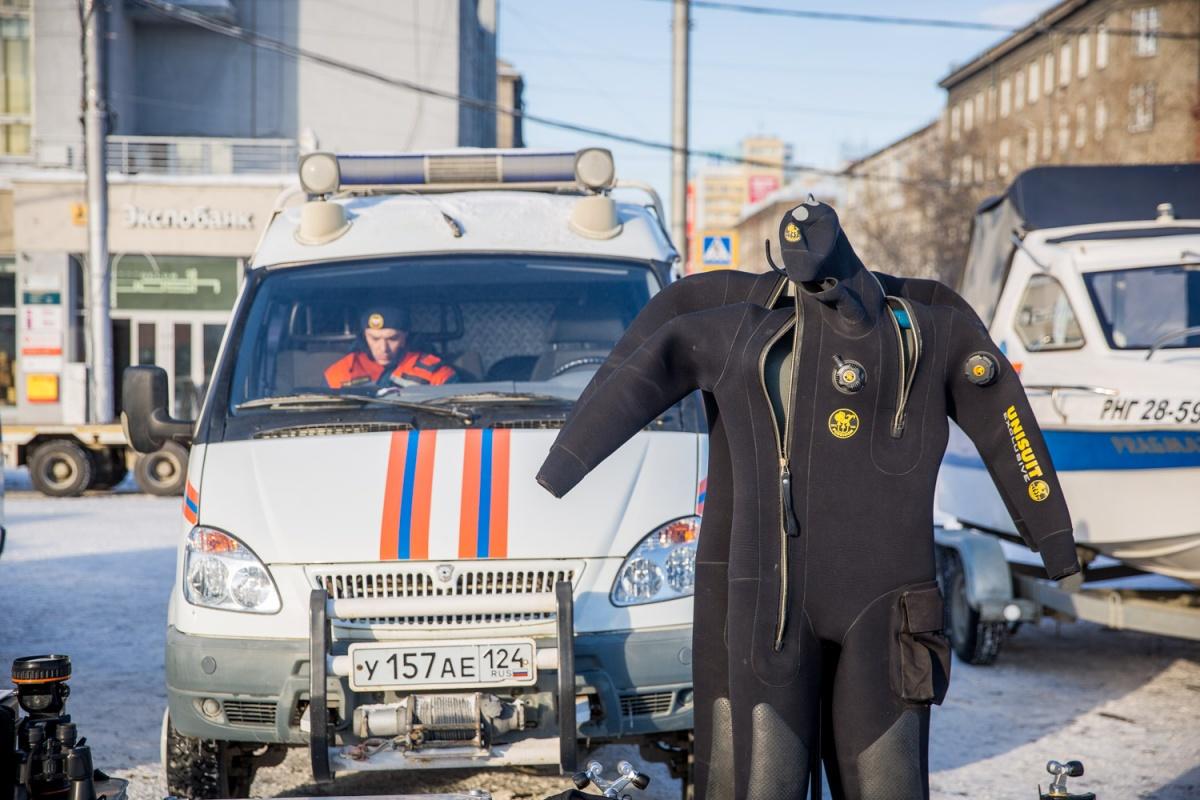 Машины илодки выстроились вцентре города нагубернаторскую проверку