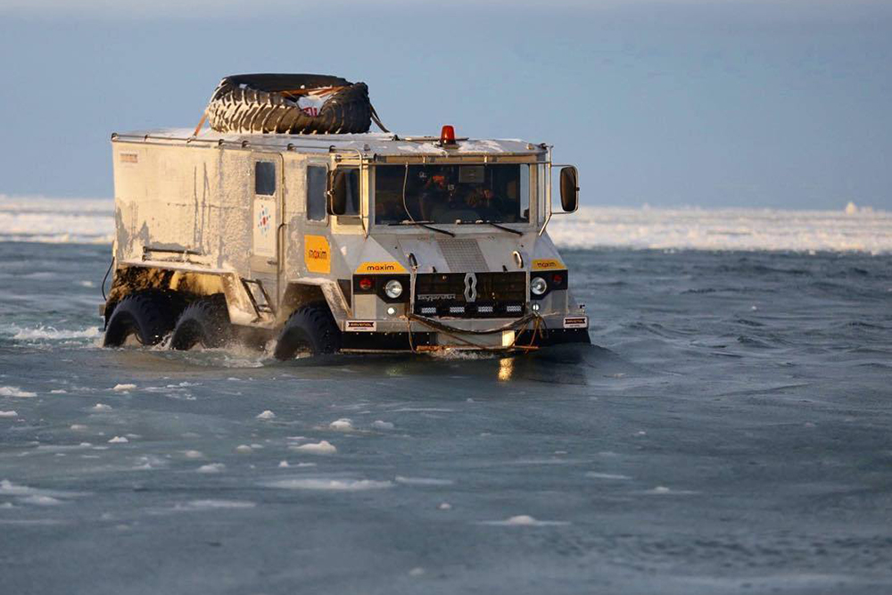Вездеход-амфибия «Бурлак» провалился под тонкий лед Карского моря. Фото предоставлено Алексеем Камерзановым
