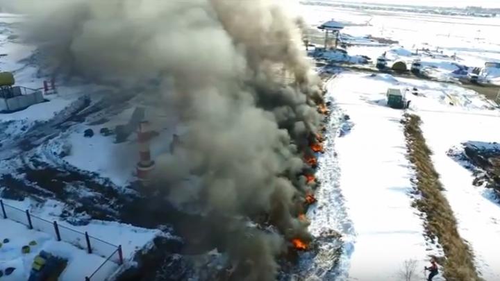 Облако черного дыма от горящих дров и покрышек поднялось под Новосибирском
