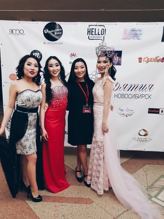 Участницы конкурса, хореограф и «Мисс Бурятия-2017» Жаргалма Дамдинова (крайняя справа)