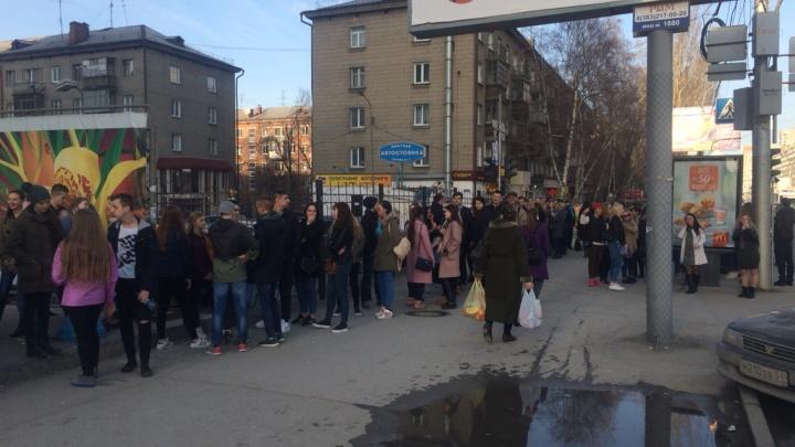 Новосибирцы выстроились в длинные очереди на концерт группы «Грибы»