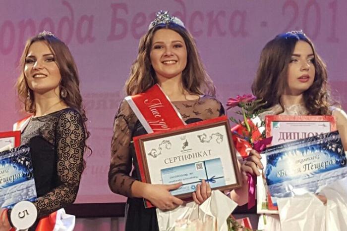 1-я вице-мисс Диана Шарипова, «Мисс ЗОЖ-2017» Алина Губанова и 2-я вице-мисс Дарья Костылева. На фото: слева направо