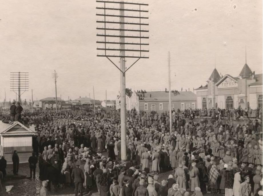 Одна из самых ранних существующих фотографий «митинга»в Новосибирске — участники торжественного шествия общегородского праздника революции на Новобазарной площади (сейчас — Ленина). На фото: Городской корпус (слева), «Первый электро-театр Ф.Ф. Махотина» (справа) и больше 1000 человек