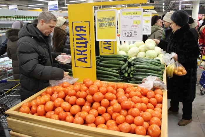 Именно низкие цены товаров «по акции» привлекают в открывающиеся магазины толпы желающих сэкономить. Фото Стаса Соколова