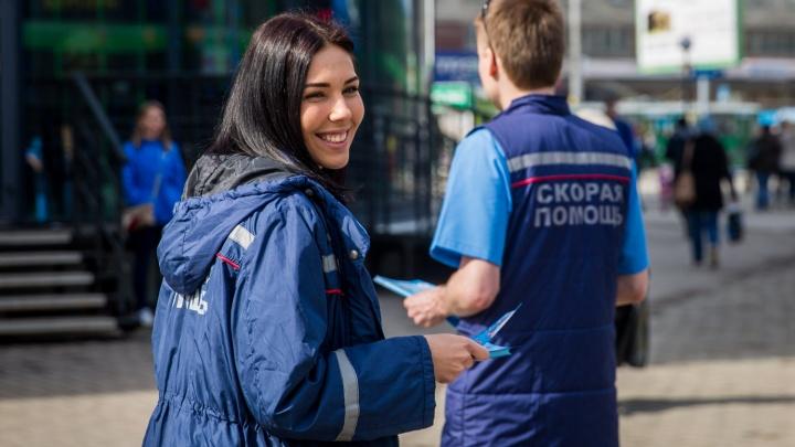 Красавицы попросили прохожих на площади Маркса не отвлекать «скорую помощь»