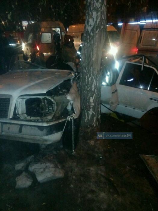 Автомобиль въехал в дерево боком
