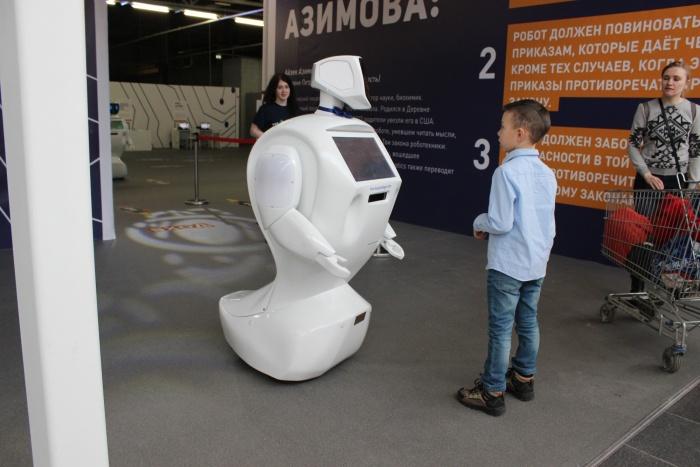 В «МЕГЕ» заработал зал с гонками дронов, говорящими роботами и механическим художником (фото)