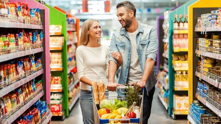 Магазины Новосибирска повесили желтые ценники на продукты и подарки