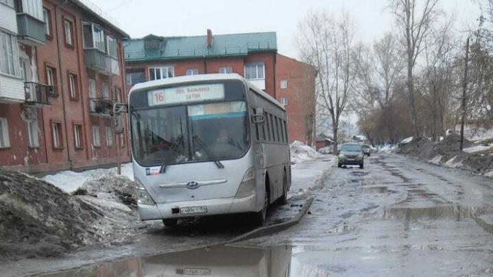 Паркующиеся на тротуаре автобусы оттеснили пешеходов на проезжую часть
