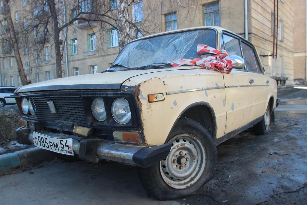ВАЗ-2106 во дворе дома на ул. Сибиряков-Гвардейцев, 7&nbsp;<br>