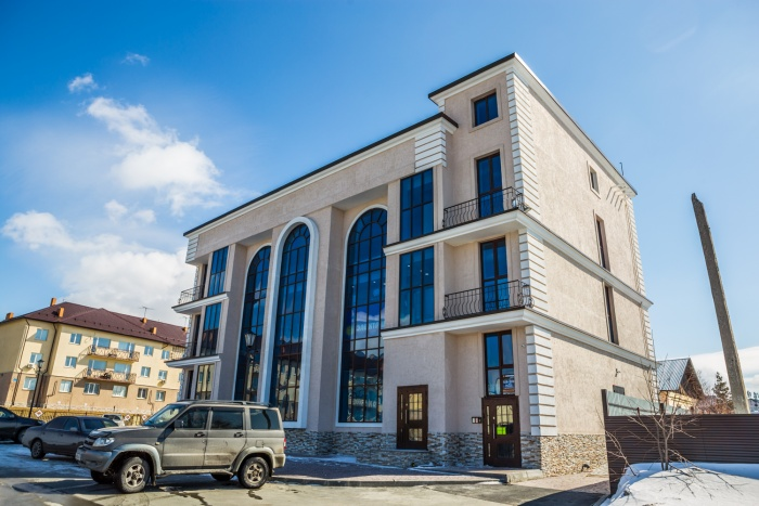 На окраине Новосибирска построили ТЦ в неоклассическом стиле (фото)