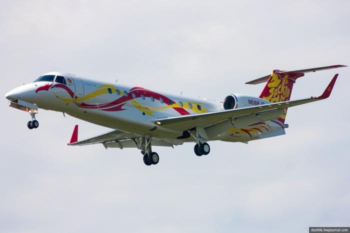 Самолет Джеки Чана в аэропорту «Кольцово» в 2013 году