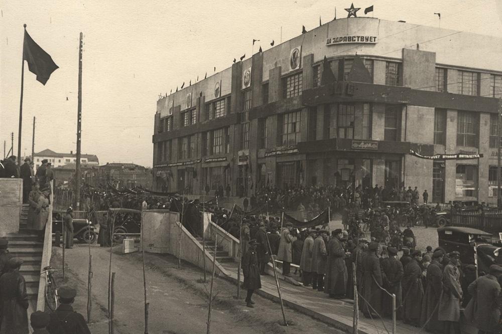 1933 год. Здание нынешней мэрии до надстройки, которая проходила с 1935 по 1954 годы