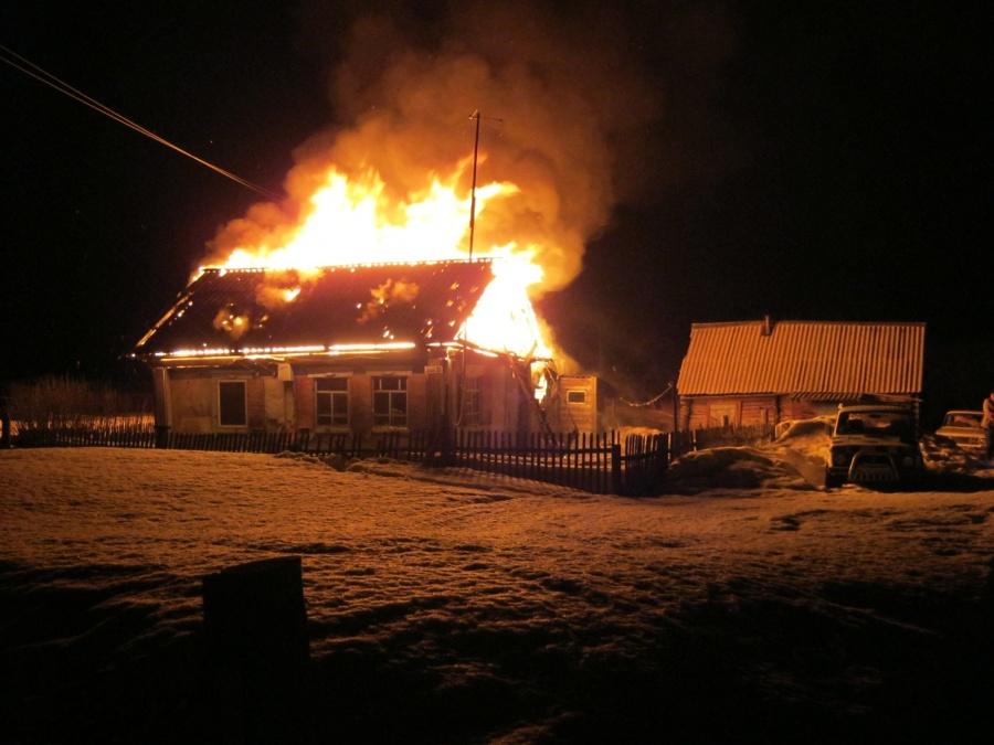 Уроженец Алтая убил человека, поджёг собственный дом ипытался убежать налыжах