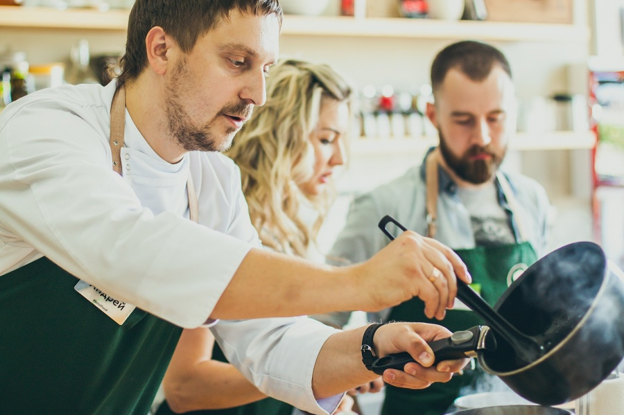 Люблю повеселиться, особенно поесть: как развлечься на мастер-классе кулинарной школы