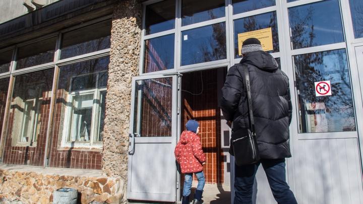 Поликлиника бывшего депутата Госдумы утонула в очередях из-за массового ухода врачей
