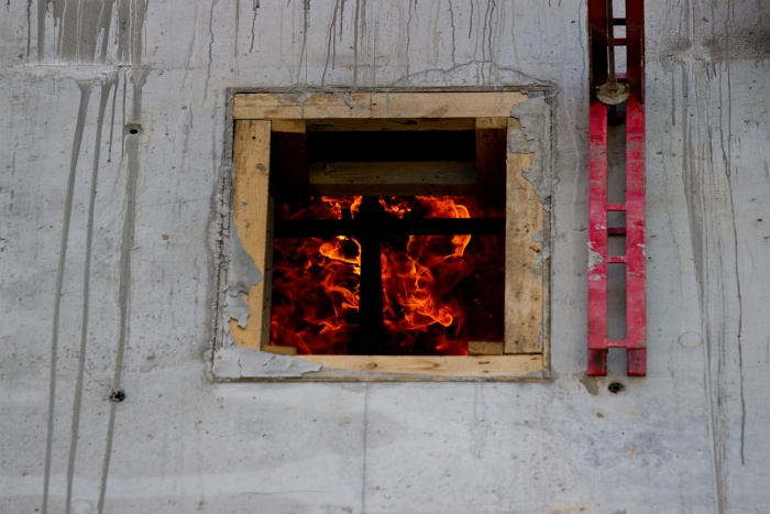 Щитовой дачный домик обычно сгорает за 30–40 минут. Фото Александра Ощепкова