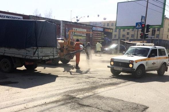 Первая попытка отремонтировать яму на ул. Котовского обернулась неудачей — сегодня рабочие решили заделать ее во второй раз
