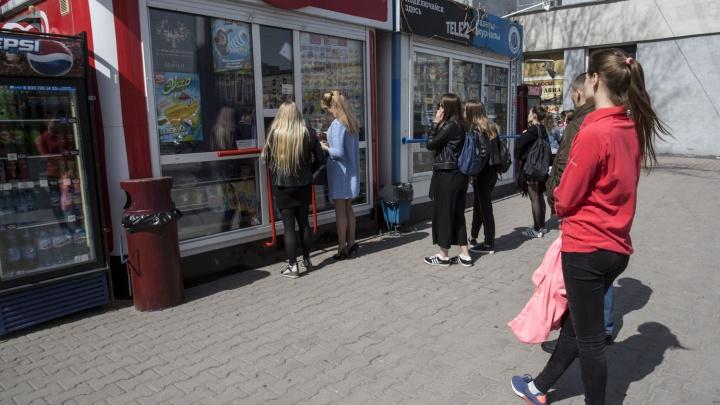 Новосибирцы выстроились в очередь за мороженым