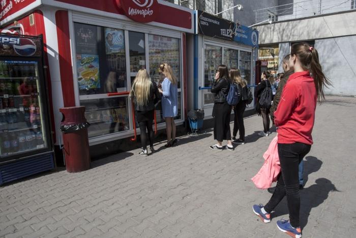 Очередь к киоску мороженого в Первомайском сквере