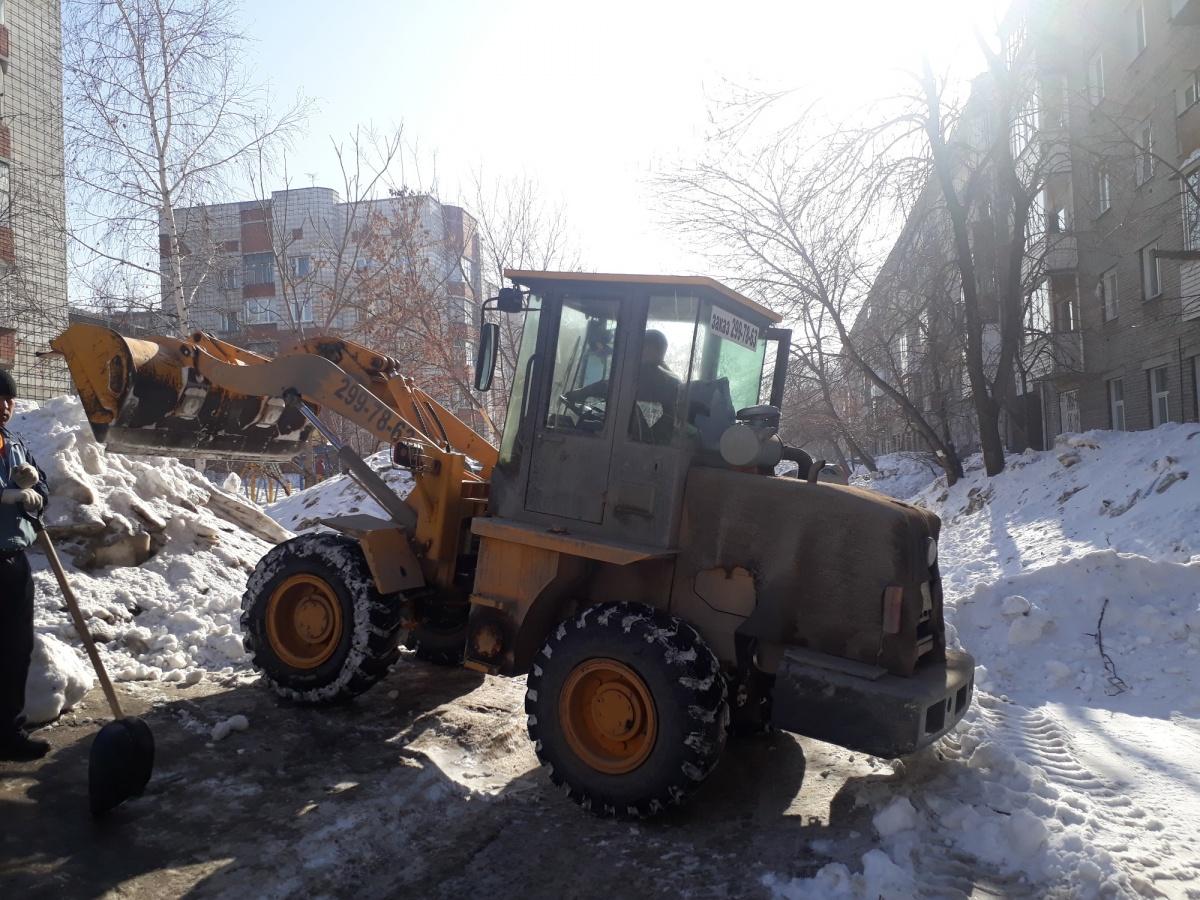 По словам читателя НГС, снег привезли откуда-то из соседнего двора. Фото читателя