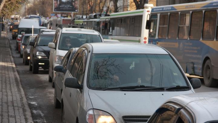 Левый берег встал в пробки из-за неработающих светофоров