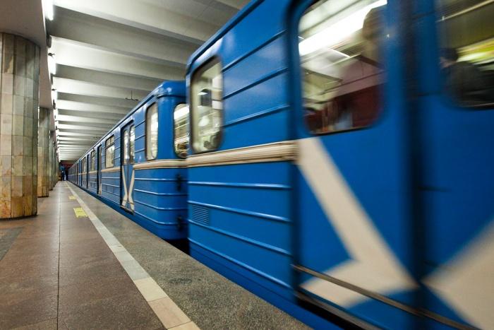 На станции метро «Красный проспект» встали поезда из-за упавшего мужчины (обновлено)