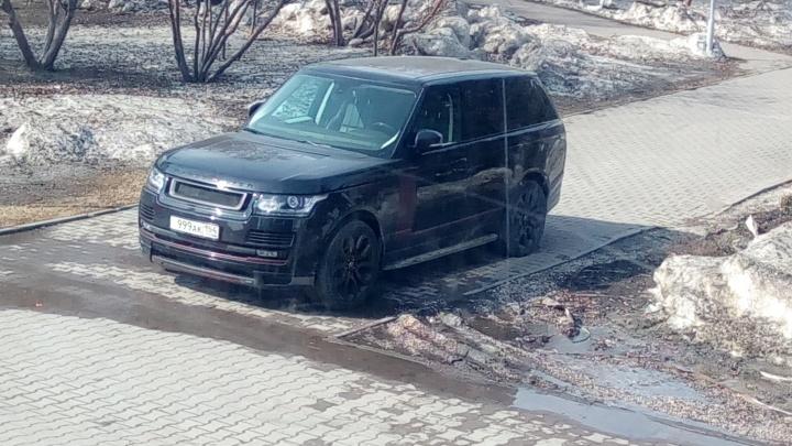«Рендж Ровер» припарковался на пешеходной дорожке посреди сквера у «Глобуса»