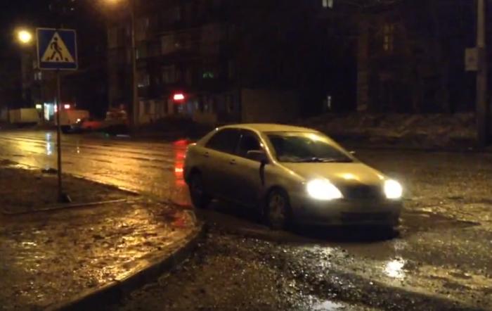 Четыре машины за ночь пробили колеса в яме на Богаткова