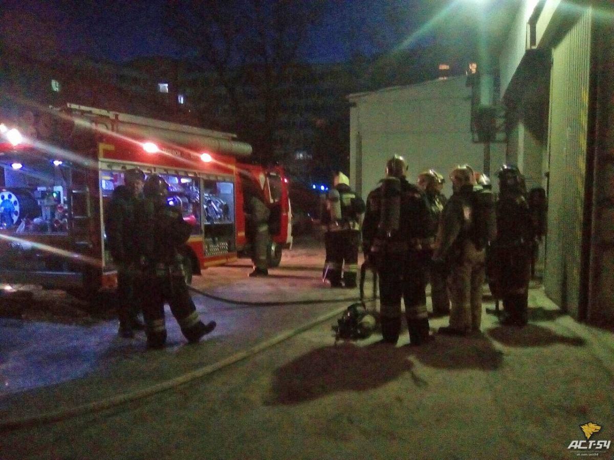 Сегодня утром загорелся подвал круглосуточного магазина «Универсам» (фото)