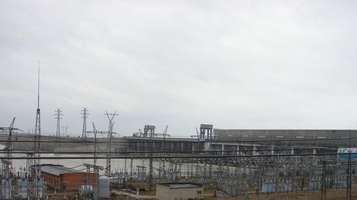 На ГЭС начали ремонтировать огромное устройство под открытым небом