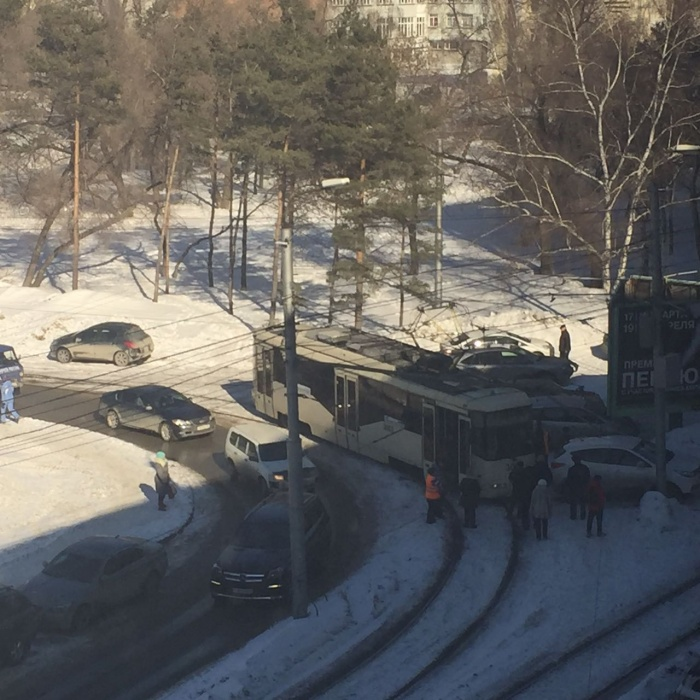 Кроссовер заблокировал проезд трамваев  № 13