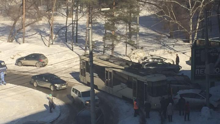 Кроссовер припарковался рядом с путями и заблокировал 4 трамвая