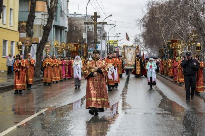 Пасхальный крестный ход по Красному проспекту
