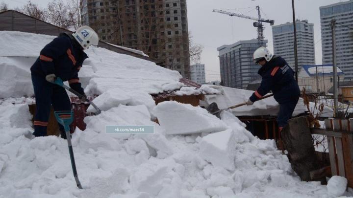 Свалившийся с крыши снег запер женщину в ее собственном доме