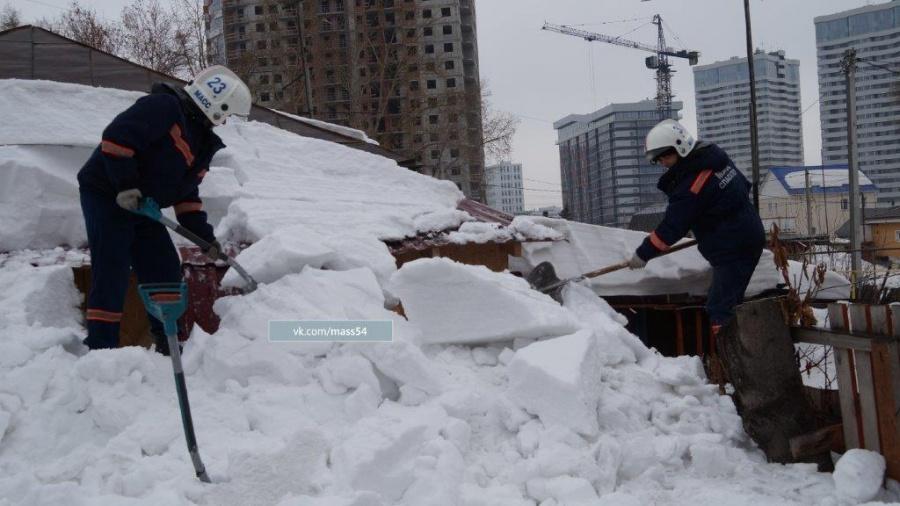 Большой сугроб рухнул вНовосибирске скрыши частного дома