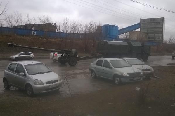 Читатель НГС сфотографировал военную пушку в микрорайоне «Снегири» 12 апреля