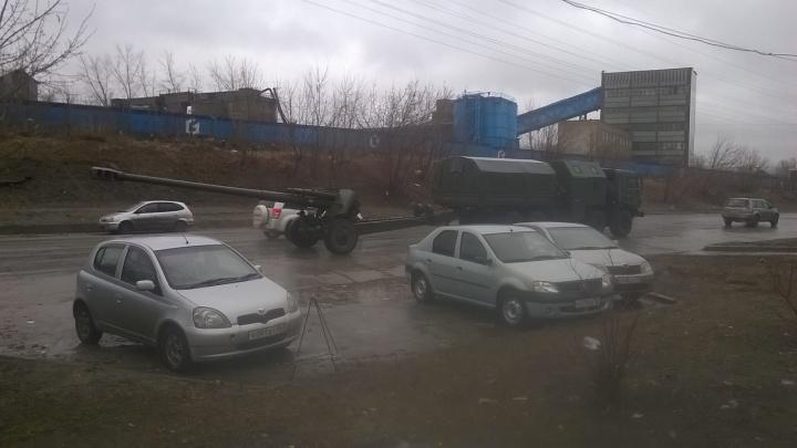 По дорогам Новосибирска провезли гаубицу