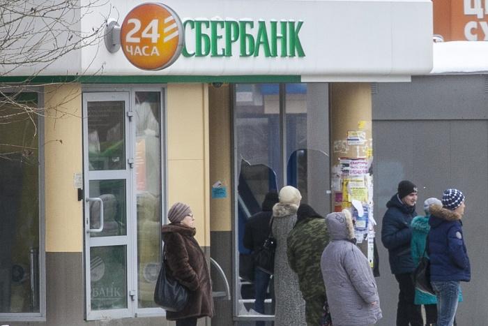 По версии банка, клиентку обслуживали после официального закрытия офиса в течение получаса, поэтому дверь отделения была действительно заперта