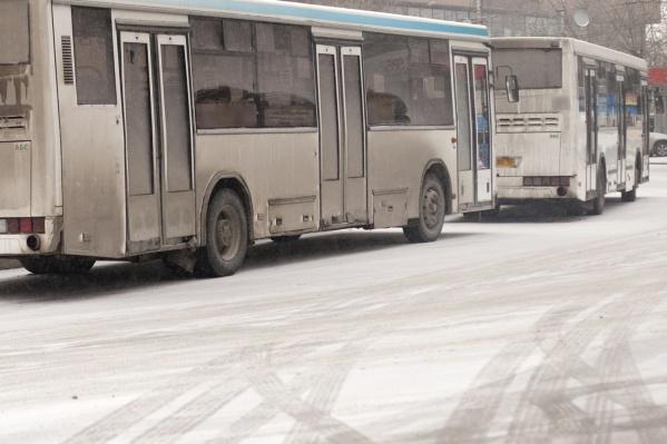 """На остановке «Цирк» водитель автобуса <nobr class=""""_"""">№ 35</nobr> вышел из кабины и начал пинать переднюю дверь автобуса <nobr class=""""_"""">№ 79</nobr>, стучать по боковому стеклу кабины и громко ругаться<br>"""