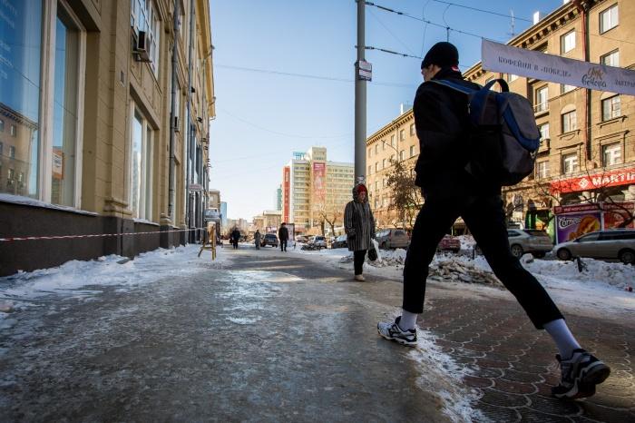 Тротуар вдоль ул. Ленина спрятался подо льдом