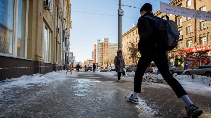 Новосибирские тротуары покрылись льдом