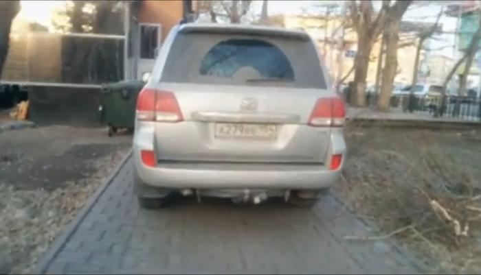 25 апреля «Тойота Ленд Крузер» стояла на пешеходной дорожке в Первомайском сквере