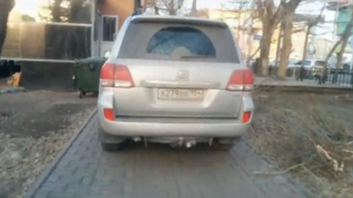 Водитель «Ленд Крузера» проехал по Первомайскому скверу