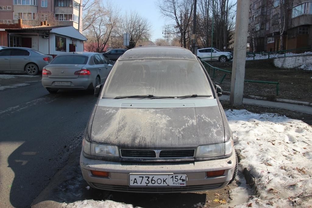 """Mitsubishi Chariot у дома <nobr class=""""_"""">№ 6/1</nobr> на ул. Белинского<br>"""