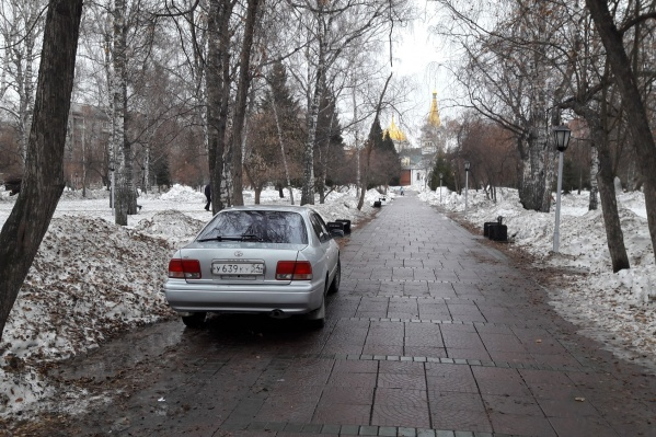 Иномарка аккуратно припаркована на краю пешеходной аллеи