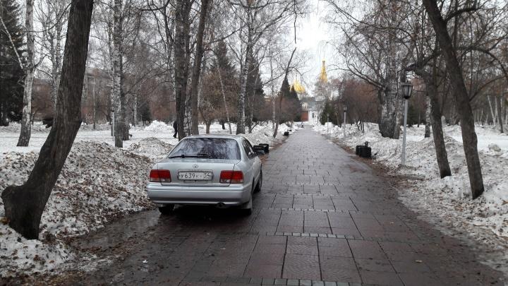 Водитель «Тойоты» припарковался в глубине Нарымского сквера