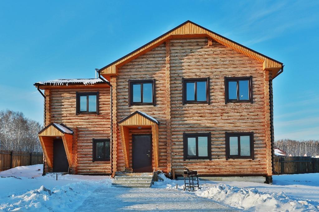 Дом изготовлен из оцилиндрованного бревна с использованием утеплителя<br>