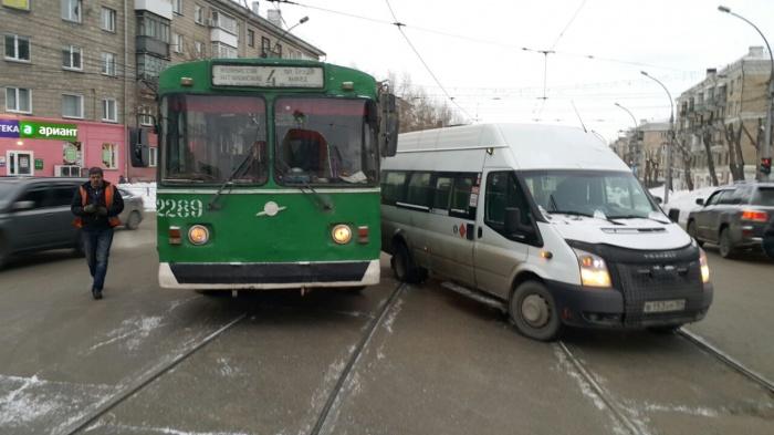 На перекрестке Сибиряков-Гвардейцев и Покрышкина столкнулись троллейбус  № 4  и маршрутка без опознавательных знаков